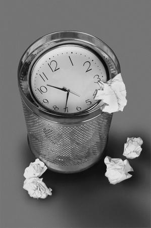 trash basket: Reloj en la basura