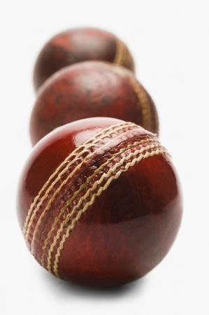 昔のクローズ アップと連続で新しいクリケットのボール 写真素材