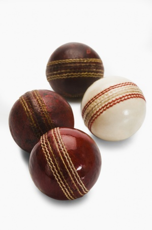 クローズ アップの古いと新しいクリケットのボール