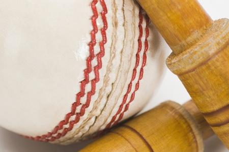 クリケットのボールと金具のアップ
