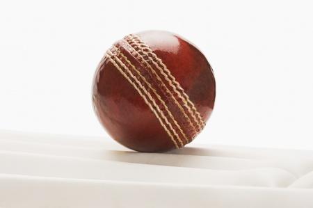 クリケット パッド上のクリケット ボールのクローズ アップ
