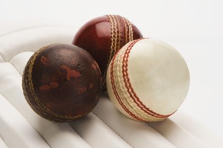 クリケットのパッドにクリケットのボールのクローズ アップ