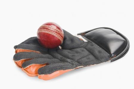 グローブを維持する改札のクリケット ボールのクローズ アップ
