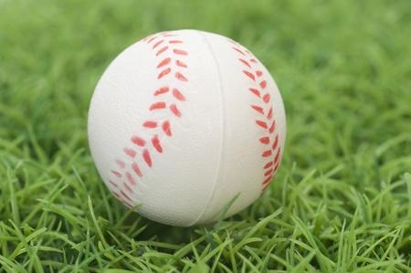 芝生の上の野球のクローズ アップ