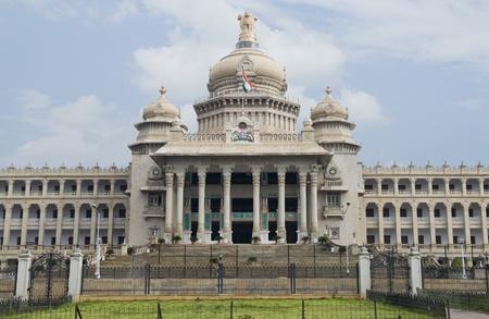 karnataka: Fachada de un edificio del Gobierno, Vidhana Soudha, Bangalore, Karnataka, India