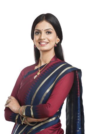 전통적으로 인도 여자 사리에서 포즈