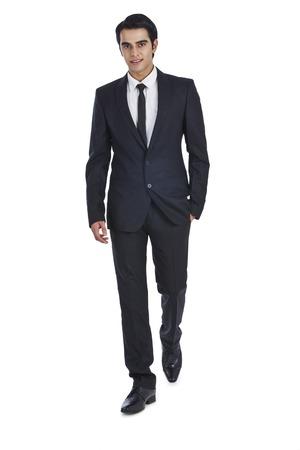 personas caminando: Retrato de un hombre de negocios con sus manos en los bolsillos