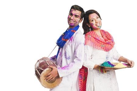 색상 Holi의 축하 커플과 드럼