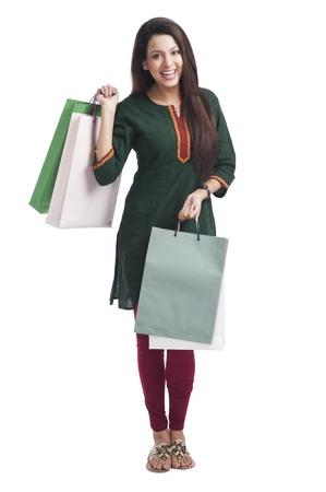 Portret van een gelukkige vrouw uitvoeren boodschappentassen Stockfoto
