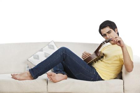 mandolino: Uomo che registra corda del suo mandolino Archivio Fotografico