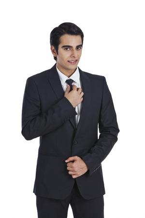 vistiendose: Retrato de un hombre de negocios de vestirse