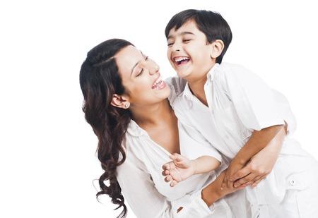 Gelukkige moeder en zoon lachend