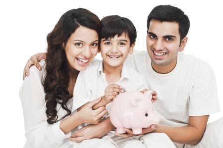Bir kumbara ile mutlu bir aile portresi Stock Photo