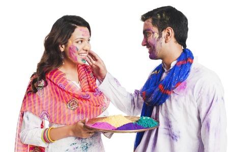 Paar vieren Holi festival Stockfoto