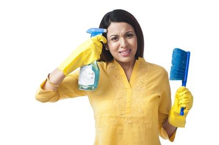 spr�hflasche: Frauenschie�en ihren Kopf mit einer Spr�hflasche