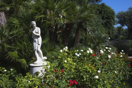 Naked female statue in a garden, Sorrento, Campania, Italy Imagens