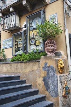 Etalage van servies, Taormina, provincie Messina, Sicilië, Italië