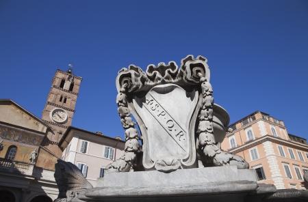 spqr: Fontana con la Basilica di Santa Maria in background, Piazza di Santa Maria in Trastevere, Roma, Lazio, Italia