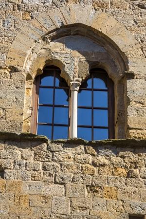 priori: Basso angolo di vista della finestra di un palazzo, Palazzo Dei Priori, Volterra, Provincia di Pisa, Toscana, Italia