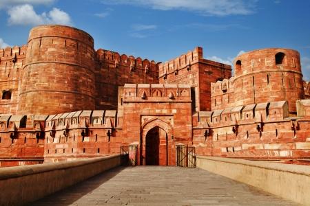 Toeristen bij ingang aan Agra Fort, Agra, Uttar Pradesh, India