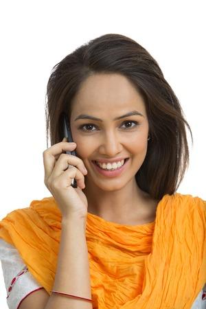 robo: Retrato de una mujer hablando por un teléfono móvil y sonriendo