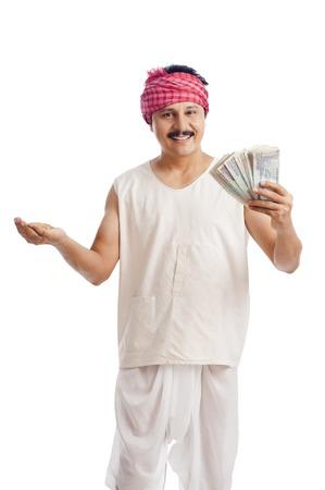 Portret van een boer die geld in de ene hand en tarwe in een andere hand