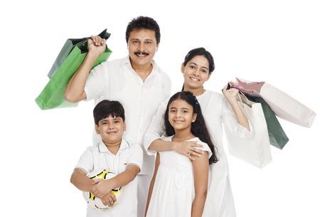 Portret van een familie met boodschappentassen Stockfoto
