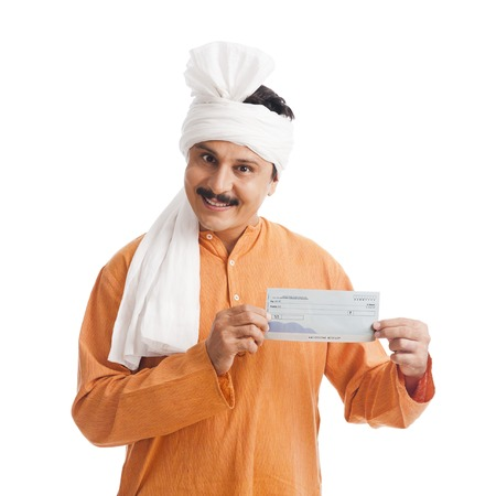 Portret van een man met een bankcheque en glimlachend