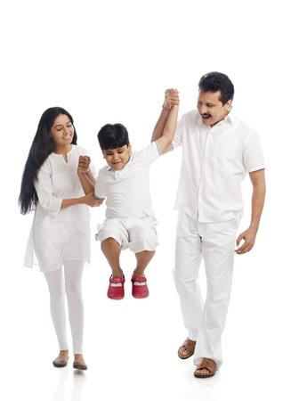 Paar dat pret met hun zoon