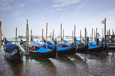 Gondeln am Dock festgemacht, Venedig, Venetien, Italien Standard-Bild - 33377106