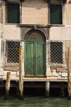 Aufbauend auf einem Kanal, Venedig, Venetien, Italien Standard-Bild - 33377128