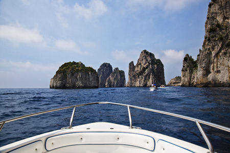 Boot auf dem Meer mit Klippen, Capri, Golf von Neapel, Kampanien, Italien Standard-Bild - 33377352