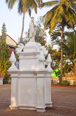 Statue vor einer Kirche, Goa, Indien Standard-Bild - 33377326