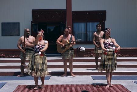 ダンスを行うハワイアンの人々