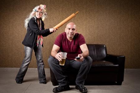 violencia: Couch potato y esposa enojada