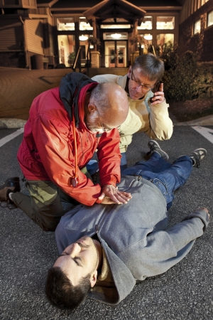 person calling: Llamadas de emergencia 911 - correcta postura de CPR de CPR