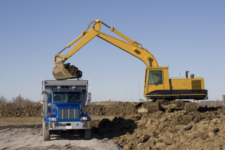 werk: Graafmachine en Dumptruck op de bouwplaats