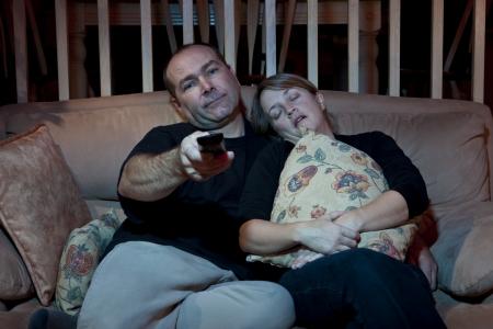 pareja viendo tv: Par aburrido viendo la televisi�n