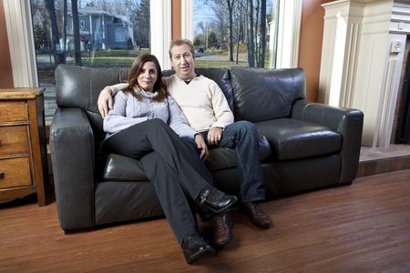 소파: 행복한 부부는 소파에 앉아
