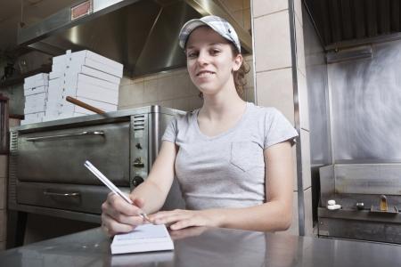 salarios: Camarera teniendo orden en un restaurante de comida rápida