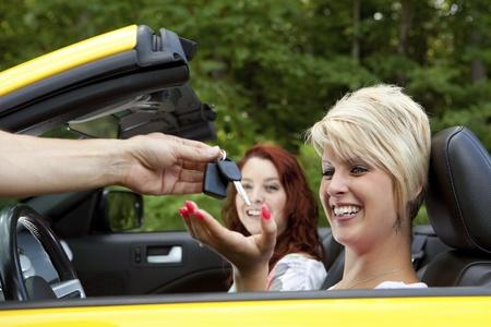 gl�cklicher kunde: Salesman Giving zufriedener Kunde New Car Keys Lizenzfreie Bilder