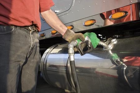 gasolinera: Un cami�n de transporte de carga de combustible