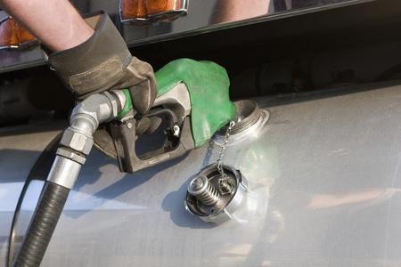tanque de combustible: Un cami�n de transporte de carga de combustible