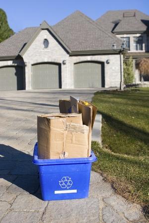 poubelle bleue: Corbeille sur le trottoir