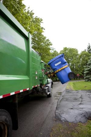 reciclaje de papel: Camión de reciclaje recogiendo basura - Versión vertical