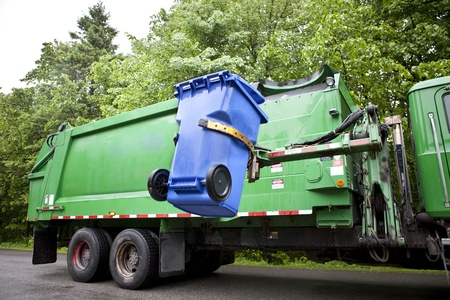 reciclaje de papel: Reciclaje camión recogiendo bin - Versión Horizontal