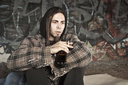 hombre solitario: Sin hogar cerveza bebida alcohólica  Foto de archivo