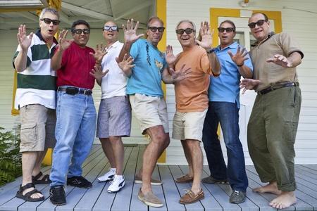 alumni: Grupo de hombres buscando impresionado  Foto de archivo