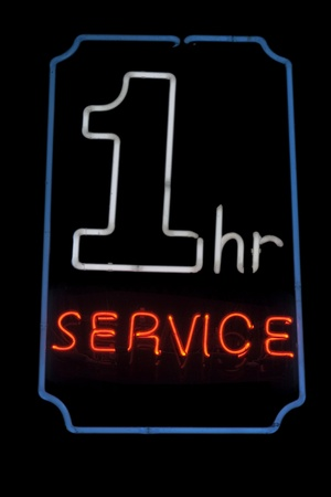 1: 1 hour service neon signage Stock Photo