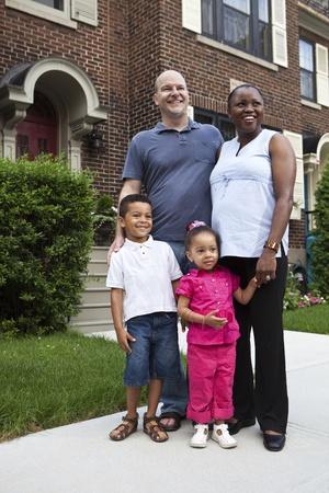 multi race: Retrato de familia al aire libre